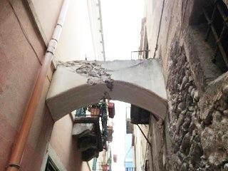 Arco in condizioni precarie in vico Selinunte