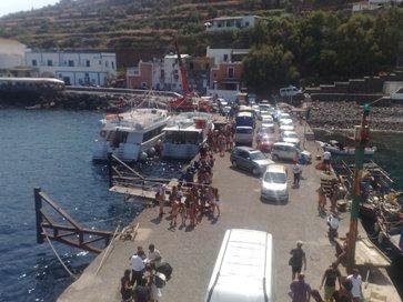 Le navi al porto principale di Filicudi