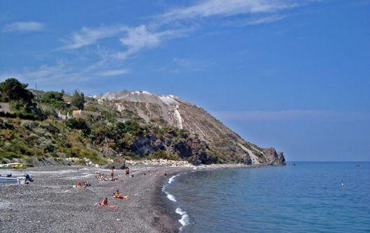 Cash mob in spiaggia a Lipari