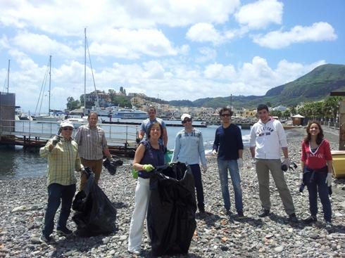 Marina Lunga, volontari ripuliscono spiaggia