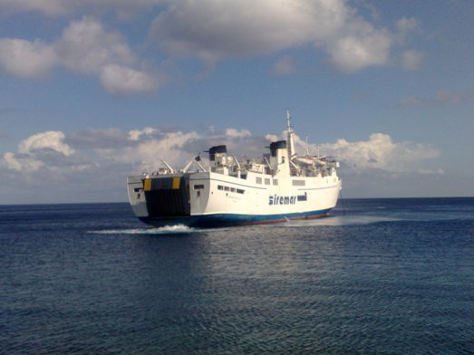 Lipari e Salina, nave in arrivo