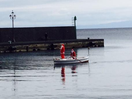 A Lipari Babbo Natale fa bagno in mare