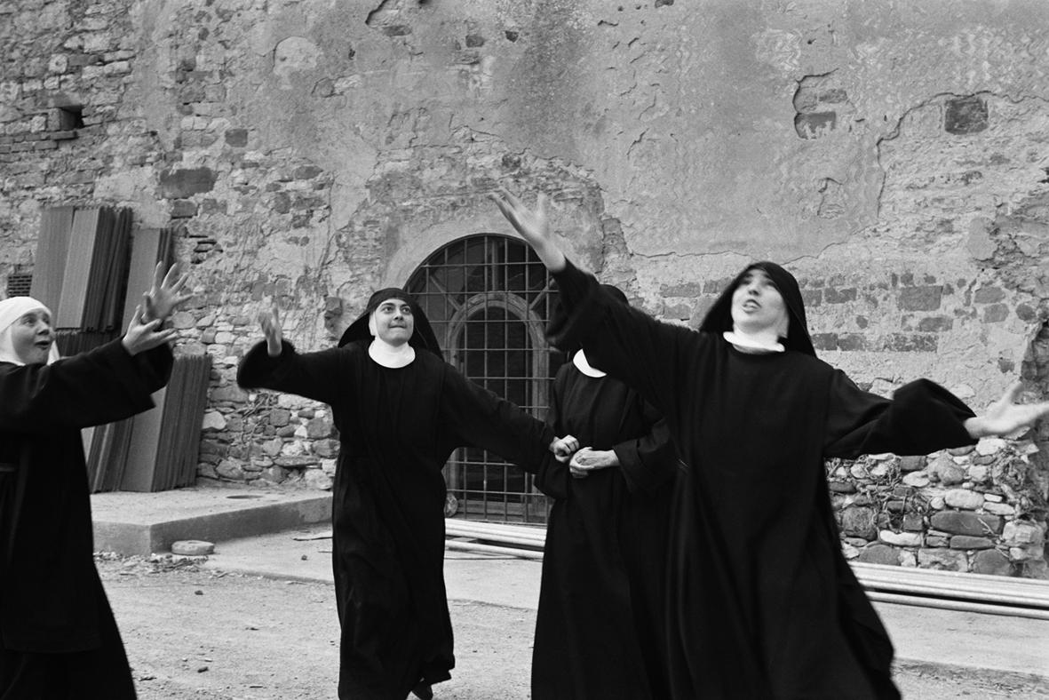 """""""Di vari credi"""": il mondo monastico femminile nelle fotografie di Sabastiana Papa1° Parte"""