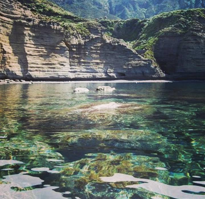 Un anfiteatro naturale, e qualche cappero: l'incanto di Pollara