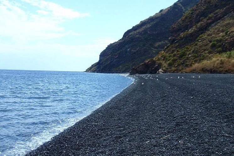Più nero non si può: la spiaggia stromboliana di Forgia vecchia
