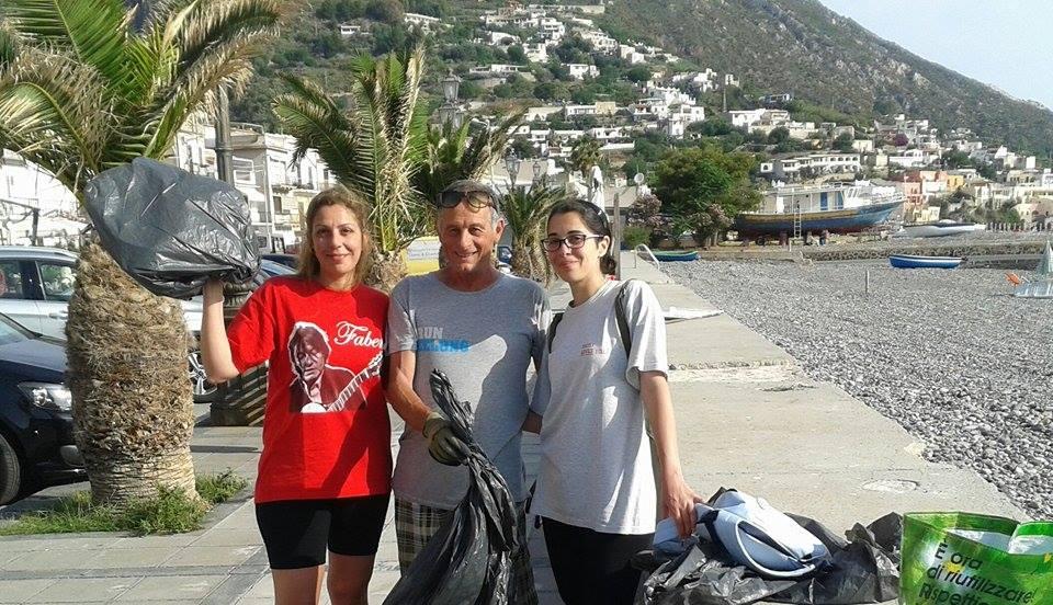 Eolie, operazione spiagge pulite