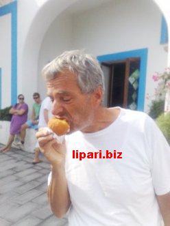 Alicudi-Filicudi a nuoto con un pieno di arancini