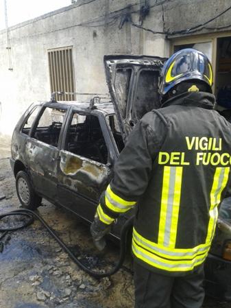 Lipari, a fuoco un'auto