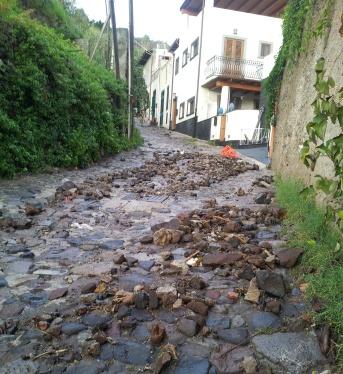 Acquazzone e strada pietraia
